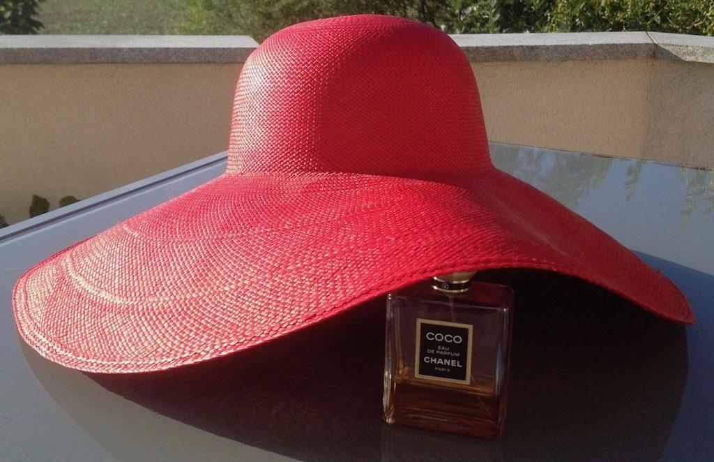 Roter Hut, Parfum Coco von Chanel